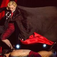 Madonna cade sul palco dei Brit Awards [VIDEO]